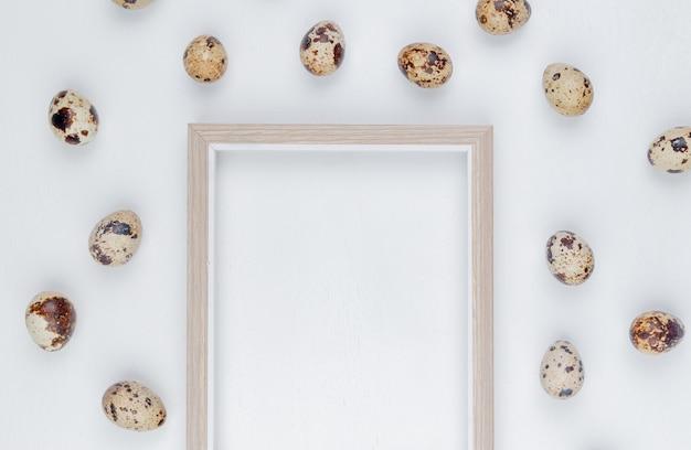 Draufsicht von frischen wachteleiern mit cremefarbenen schalen mit braunen flecken auf einem weißen hintergrund mit kopienraum
