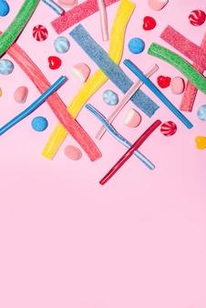 Draufsicht von gemischten bunten bonbons und lollies