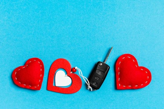 Draufsicht von geschenkbox-, autoschlüssel-, hölzernen und textilherzen