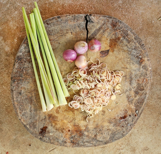 Draufsicht von geschnittenem gemüse auf holzklotz.