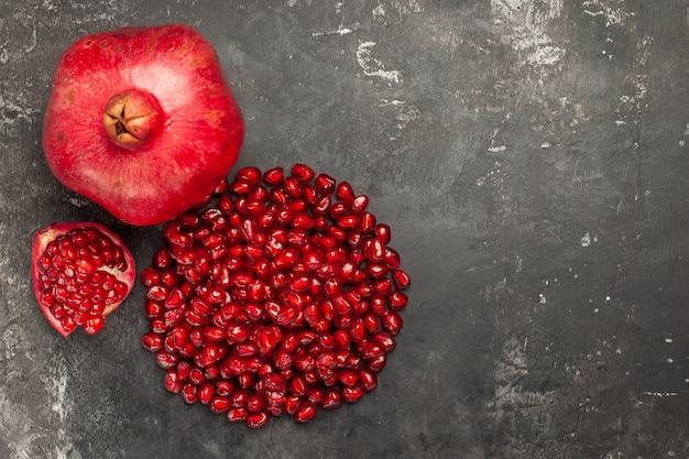 Draufsicht von granatapfel-granatapfelkernen auf dunkler oberfläche