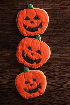 Draufsicht von halloween festlich dekorierten zuckerguss-lebkuchenzuckerplätzchen mit kopienraum und flachem laylay.