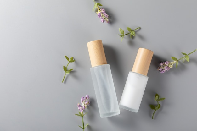 Draufsicht von hautpflegeflaschen auf einer oberfläche mit lavendelblume