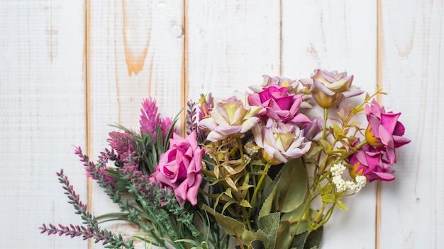 Draufsicht von hochzeitsblumen auf weißem hölzernem hintergrund