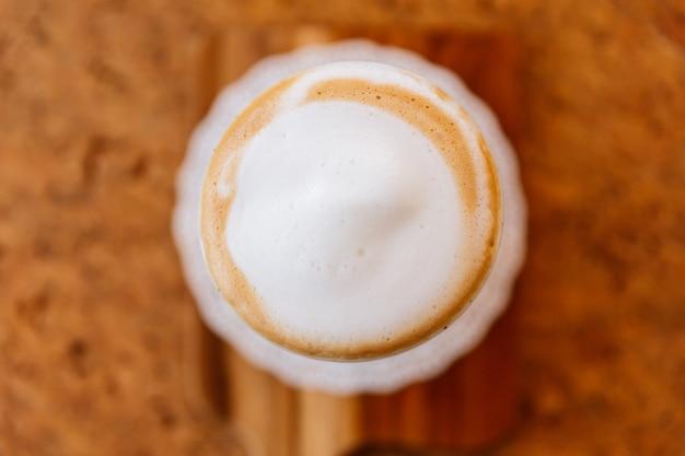 Draufsicht von hot latte. glatter weißer und brauner schaum.