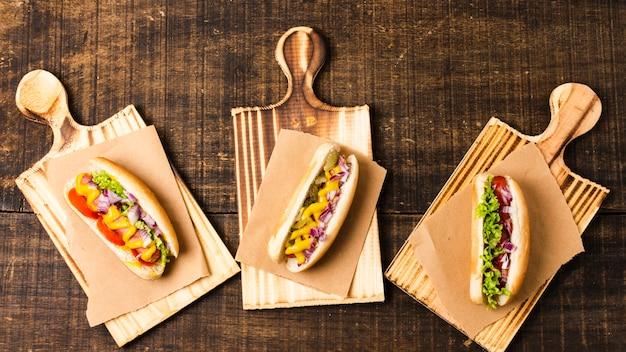 Draufsicht von hotdogs auf schneidebrettern