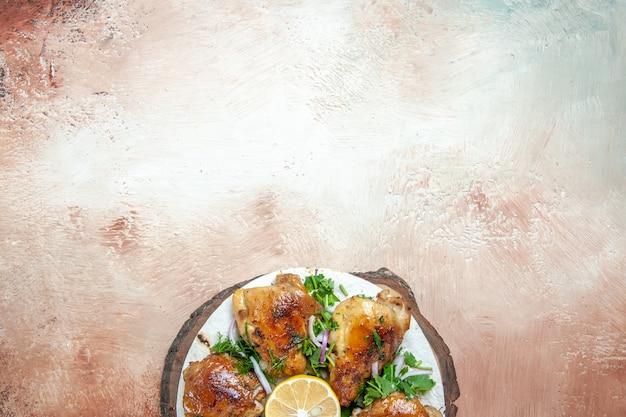 Draufsicht von hühnerlavash mit zitronenzwiebelkräutern und huhn