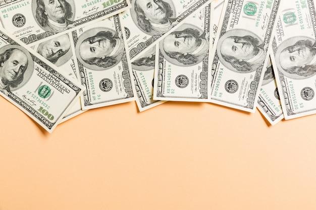 Draufsicht von hundert dollarscheinen des geschäfts auf hintergrund mit copyspace