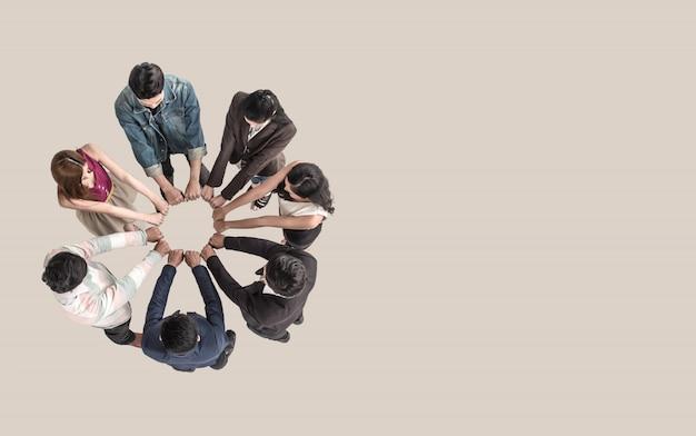 Draufsicht von jugendlich leuten im teamfauststoß bauen zusammen zusammen.