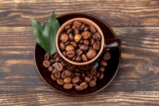 Draufsicht von kaffeebohnen auf holztisch