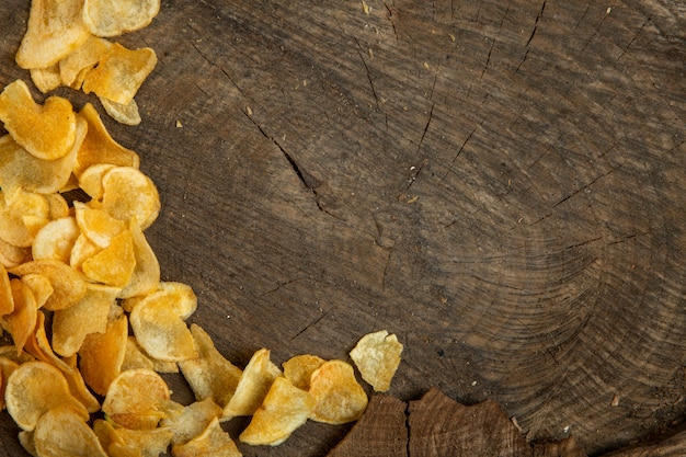 Draufsicht von kartoffelchips mit kopienraum auf rusric