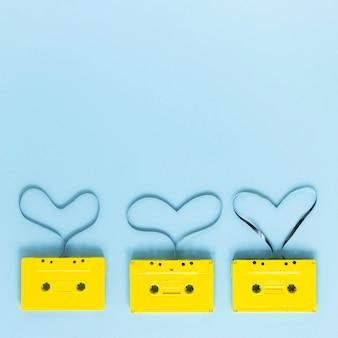 Draufsicht von kassetten auf blauem hintergrund