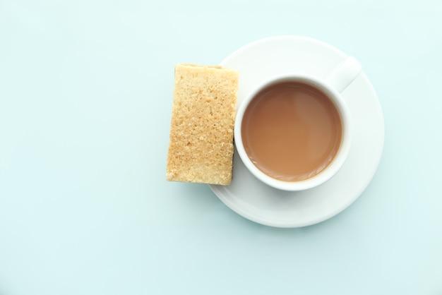 Draufsicht von keksen und kaffee auf tisch