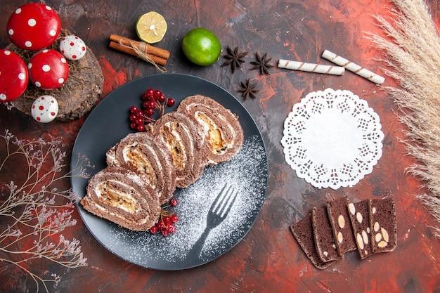 Draufsicht von keksrollen-kuchenscheiben auf dunkler oberfläche