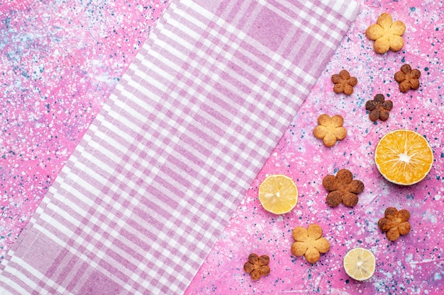 Draufsicht von kleinen keksen mit zitronenscheiben auf rosa oberfläche
