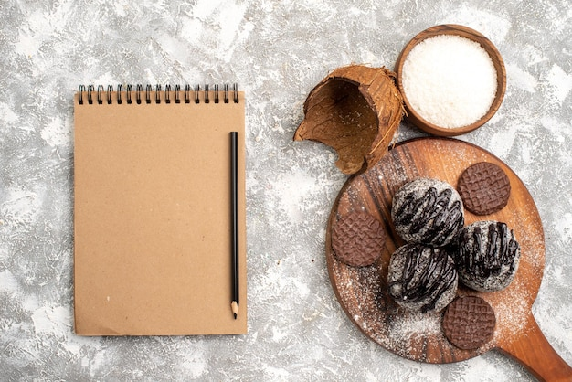 Draufsicht von köstlichen schokoladenbällchenkuchen mit keksen auf weißer oberfläche