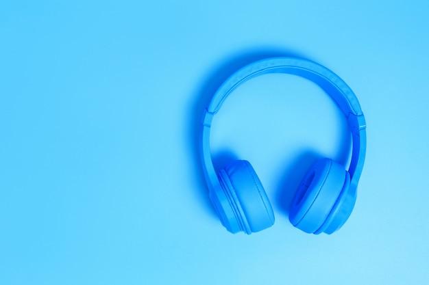 Draufsicht von kopfhörern auf blauem hintergrund