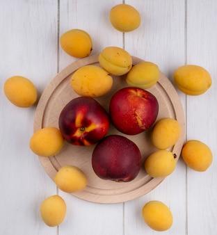 Draufsicht von kuchen mit aprikosen auf einem ständer auf einer weißen oberfläche