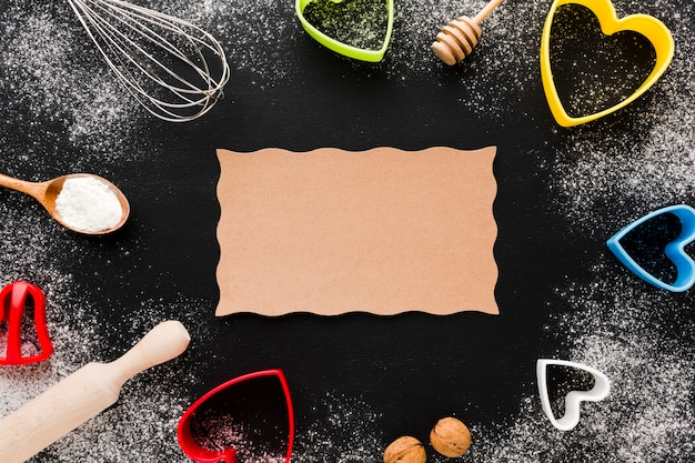 Draufsicht von küchengeräten und von herzformen mit papier