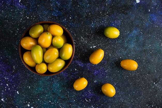 Draufsicht von kumquats in der holzschale