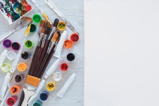 Draufsicht von kunstmaterialien auf arbeitsplatz