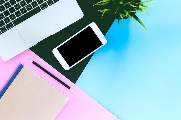 Draufsicht von laptop-computer und von modell smartphone