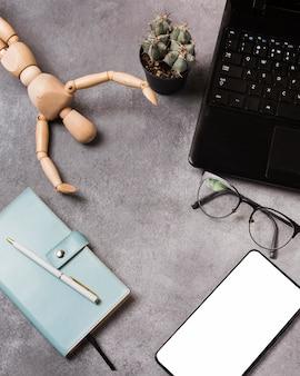 Draufsicht von laptop und marionette mit kopienraum