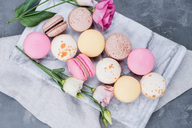 Draufsicht von macarons auf stoff mit rosen