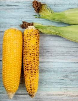 Draufsicht von maiskolben auf holzoberfläche