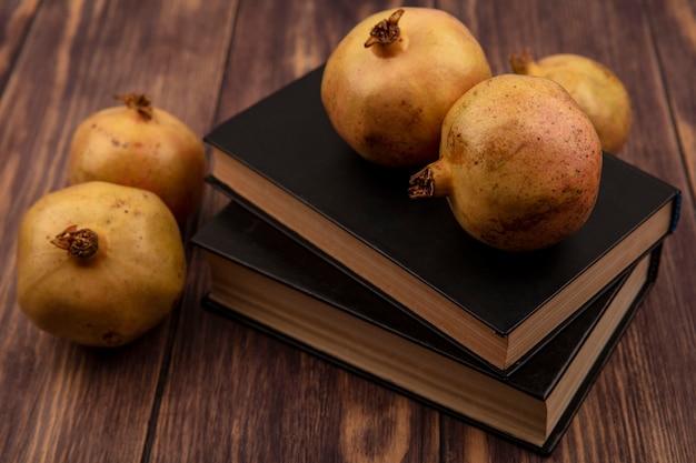 Draufsicht von organischen granatäpfeln lokalisiert auf einer holzoberfläche