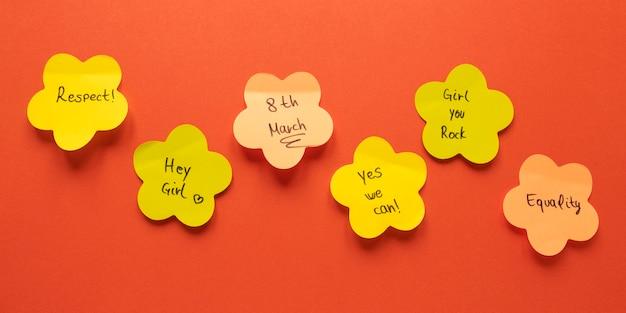 Draufsicht von papierblumen für frauentag