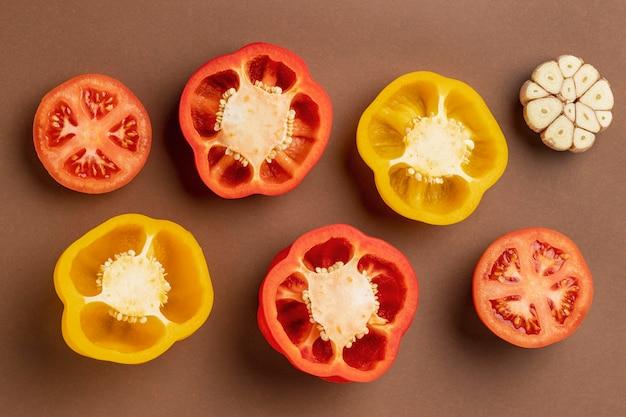 Draufsicht von paprika mit knoblauch