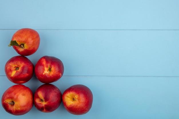 Draufsicht von pfirsichen auf einer hellblauen oberfläche