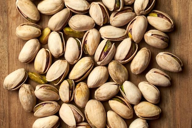 Draufsicht von pistazien auf einem holzbrett