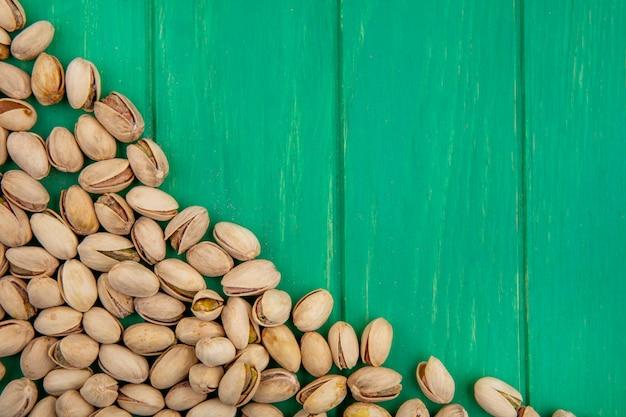 Draufsicht von pistazien auf einer grünen oberfläche