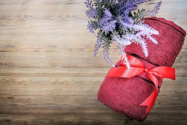 Draufsicht von rollen oben vom roten tuch und vom houseplant auf holztisch.