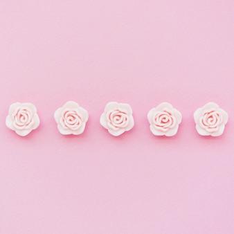 Draufsicht von rosa frühlingsrosen