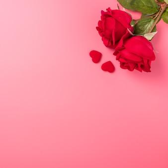 Draufsicht von rosen mit herz als geschenk für valentinstaggruß.