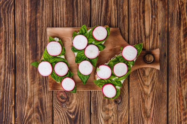 Draufsicht von sandwichen mit weichem knoblauchkäse
