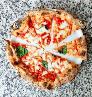 Draufsicht von scheiben pizza margherita.