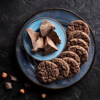 Draufsicht von schokoladenplätzchen auf platte mit schokolade
