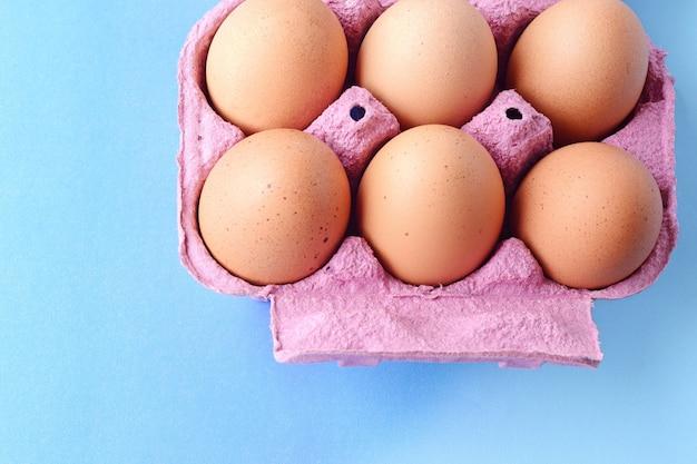 Draufsicht von sechs braunen eiern auf kasten