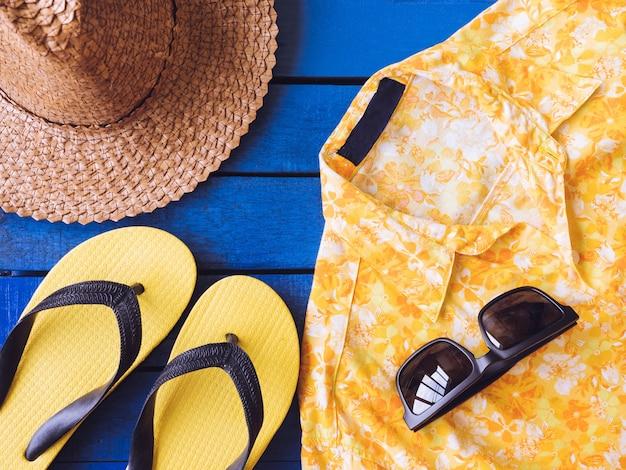 Draufsicht von sommerzubehör auf blauem bretterboden