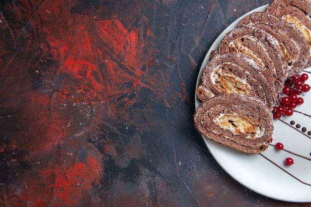 Draufsicht von süßen keksröllchen geschnittenen cremigen kuchen