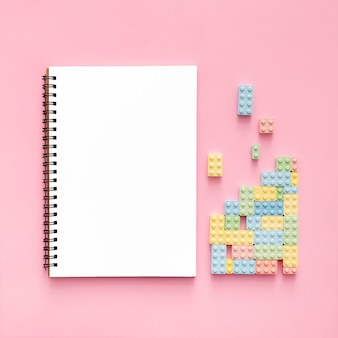 Draufsicht von süßigkeitenblöcken mit notizbuch