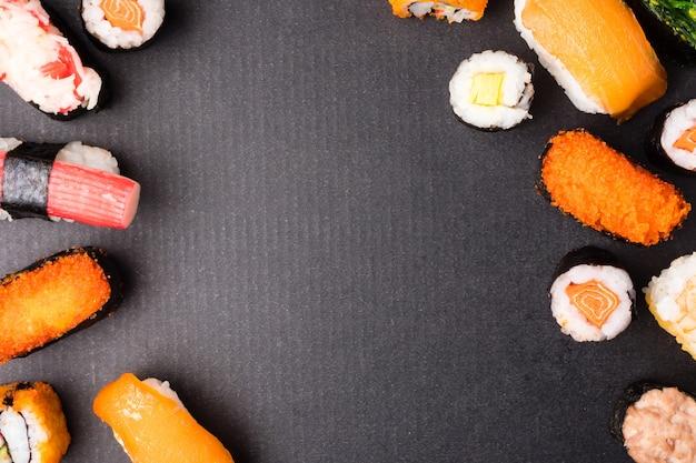 Draufsicht von sushi stellte auf schwarzen hintergrund, japanisches lebensmittel ein.