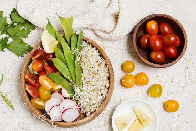 Draufsicht von tomaten in der schüssel mit gesundem lebensmittel