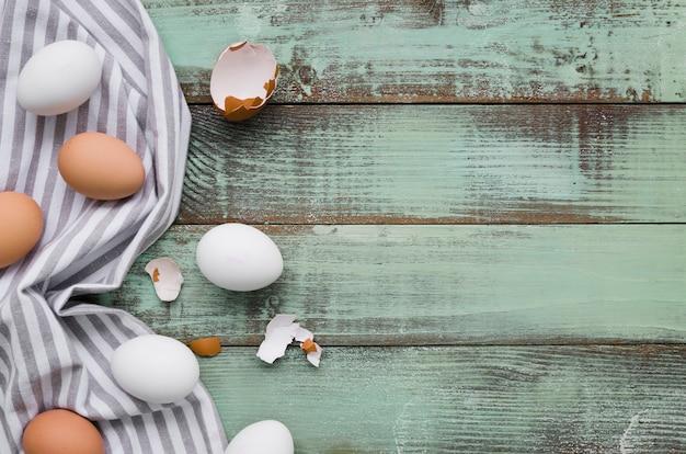 Draufsicht von ungefärbten eiern für ostern mit kopienraum