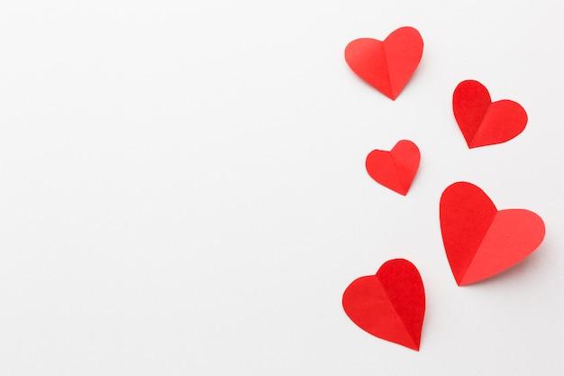 Draufsicht von valentinsgrußtagespapierherzformen