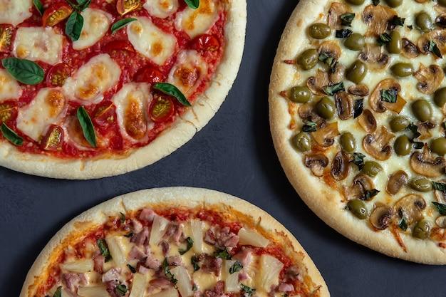 Draufsicht von verschiedenen pizzen